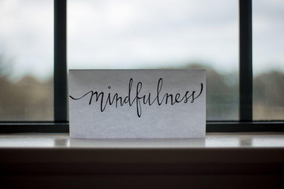 Foto por Lesly Juarez en Unsplash donde se observa un cartel con la palabra mindfulness escrita
