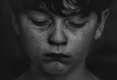Foto de Kat J en Unsplash donde se observa el rostro de un niño llorando