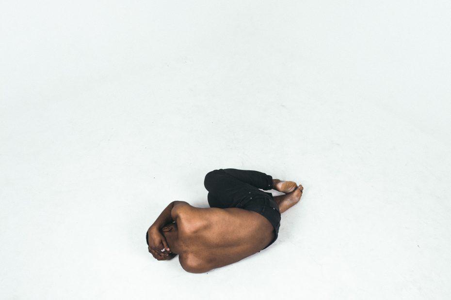 Hombre en posición fetal